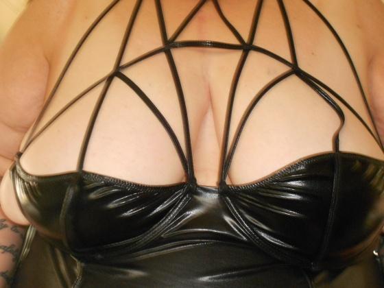 kinkymom_straps_boobday_110113